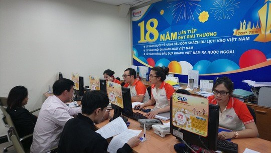Customers book tours at Fiditour. (Photo nld.com.vn)