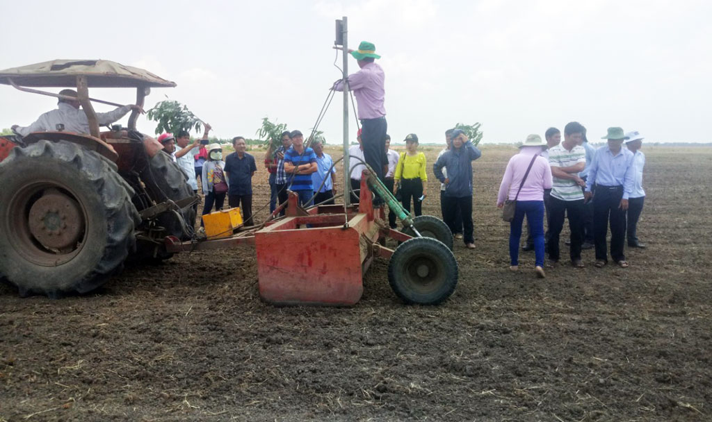 Farmers visit high-tech application model to level the field by laser beam