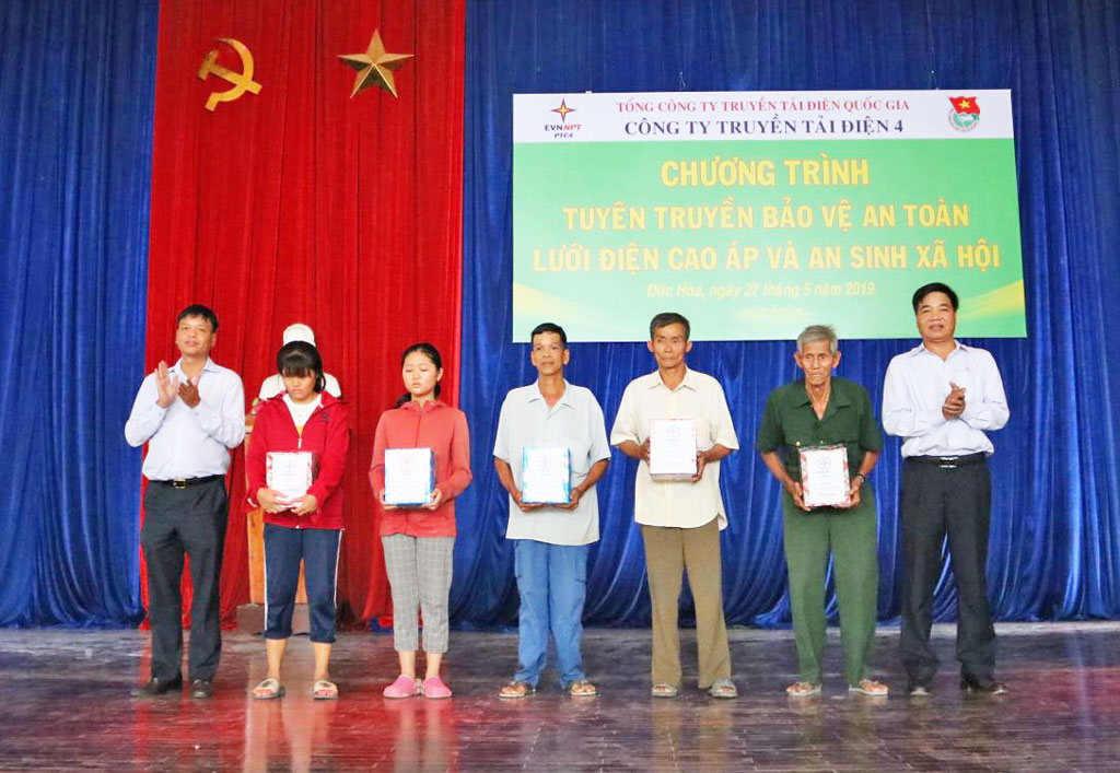 Power Transmission Company No.4 presents gifts to poor people