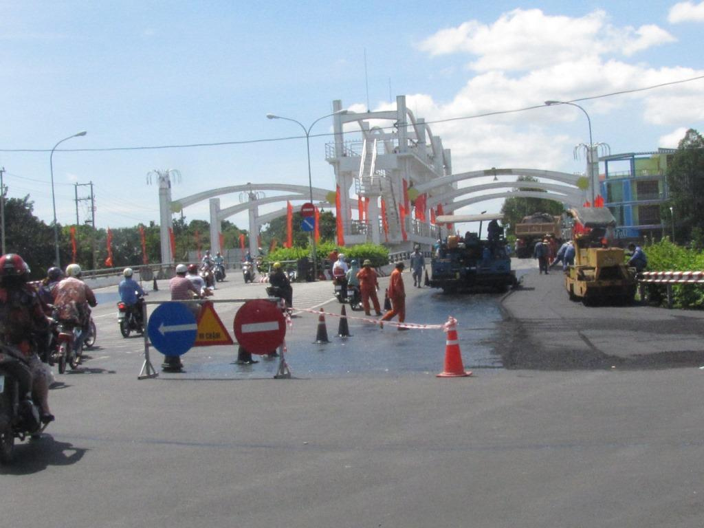 The section of Bao Dinh bridge is under construction