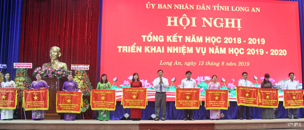 Vice Chairman of Long An provincial People's Committee - Pham Tan Hoa presents excellent emulation flags of the Provincial People's Committee to the units.
