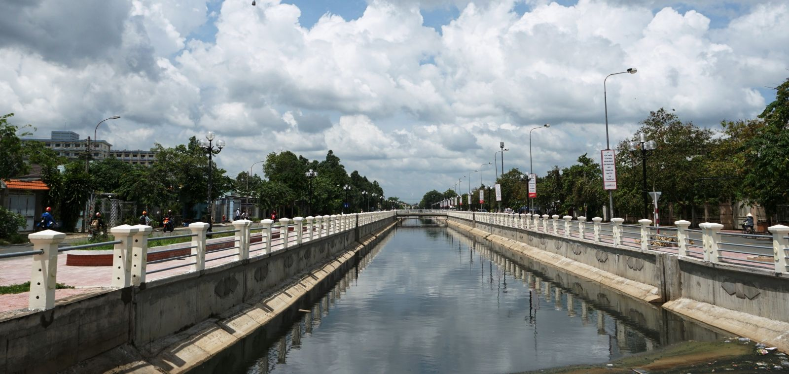 The city focuses on mobilizing all resources for constructing and developing Tan An city, including the construction of the city's key works (Photo: Revolving canal embankment to be completed)