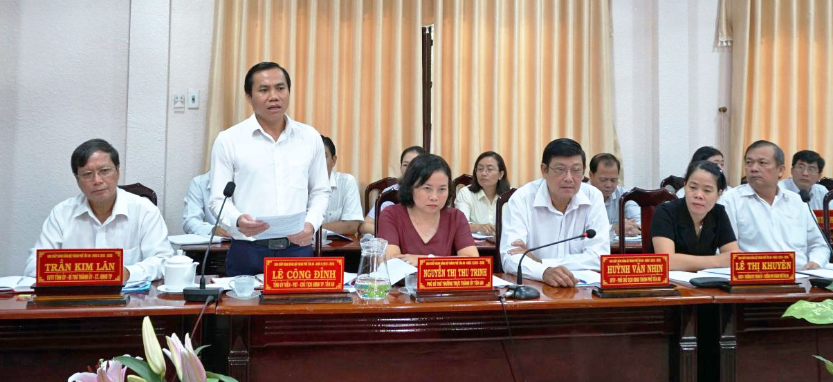 The leaders of Tan An city informed the Standing Committee of Long An provincial Party Committee about difficulties in implementing the project of Ring Road