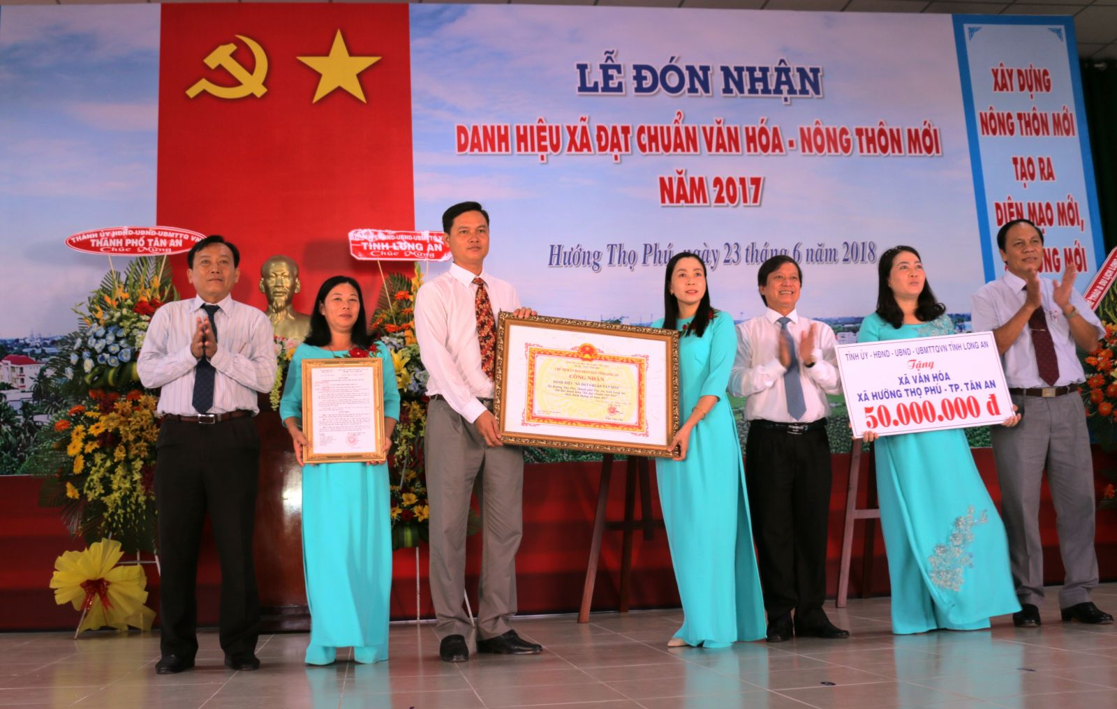 Tan An city completed the new-style rural construction program, contributing to meeting the targets set by the city Congress Resolution (Photo: Huong Tho Phu commune receives the title of the cultural and new-style rural commune).