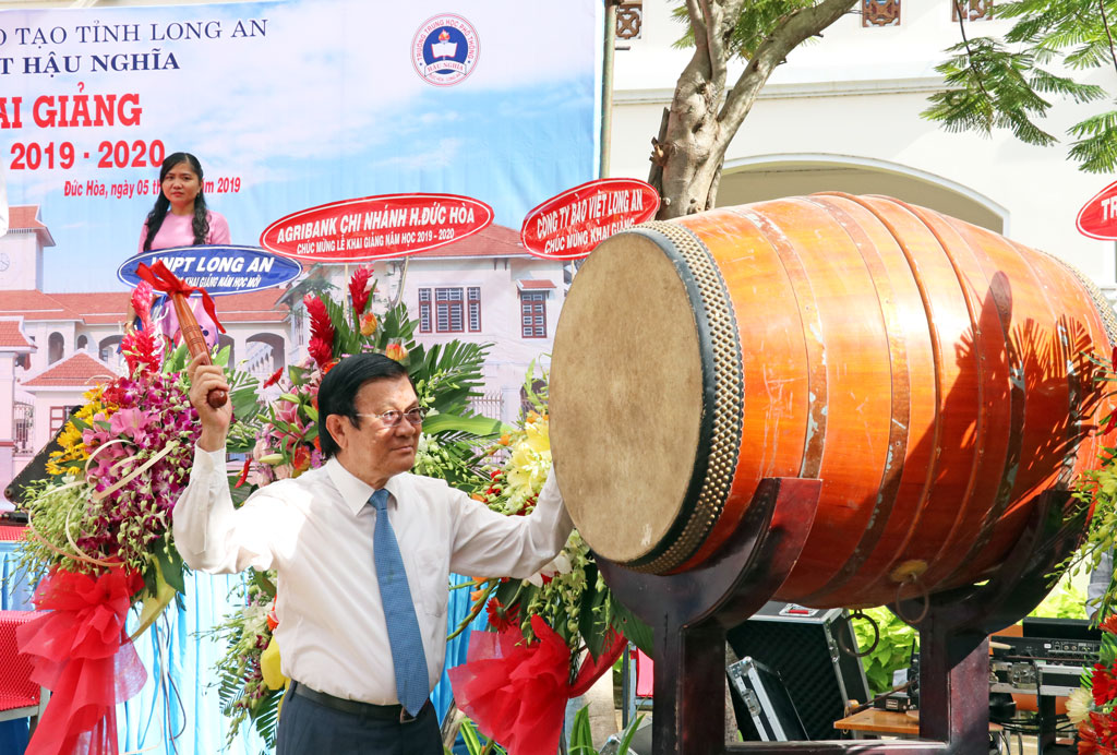 Former State President - Truong Tan Sang beats the drum to start a new school year at Hau Nghia High School