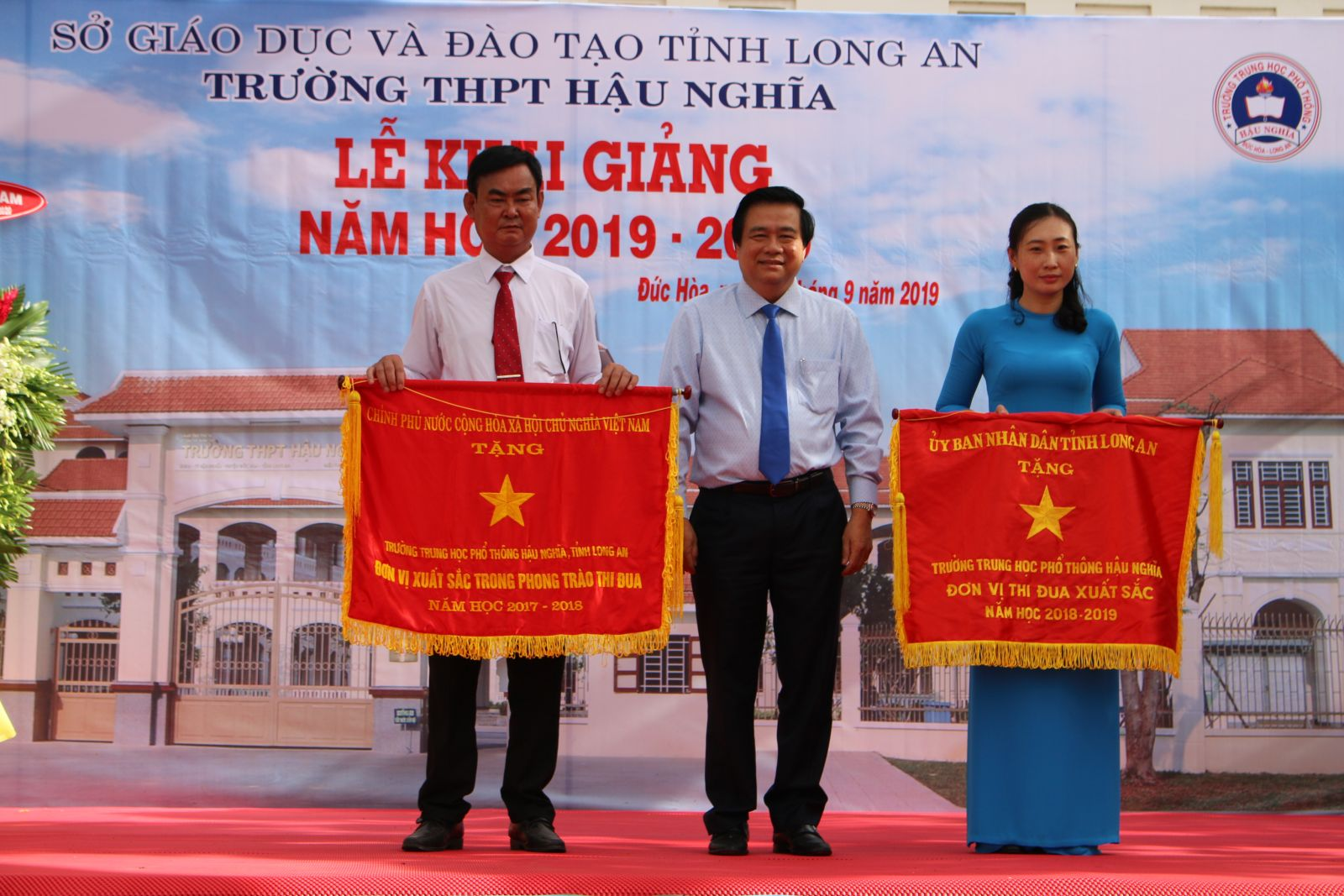 Hau Nghia High School receives an emulation flag from the Government and Long An Provincial People's Committee