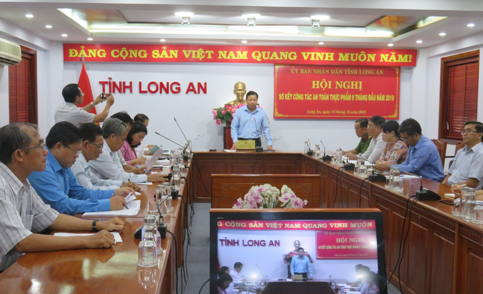Vice Chairman of Long An Provincial People's Committee - Pham Tan Hoa praised the departments, branches and localities for proactively developing regulations to coordinate in performing tasks assigned to manage in the field of food safety.