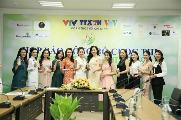 Some finalists of the contest send a message of using personal bottle to reduce plastic waste at the press conference on October 17 (Photo courtesy of the organiser)