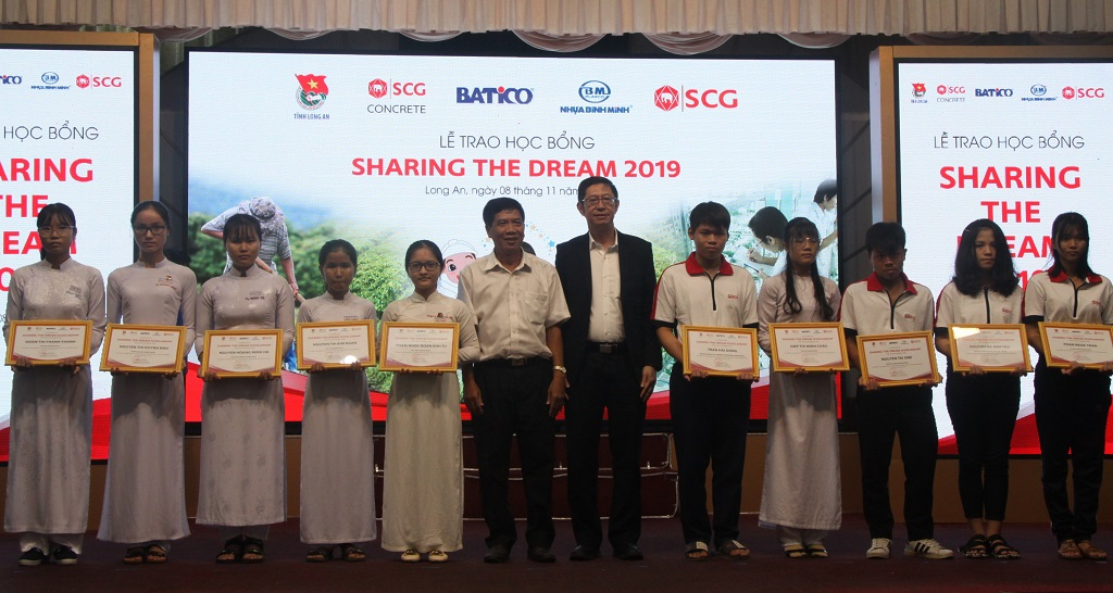 Students in difficult circumstances and having a determination in learning receive scholarships