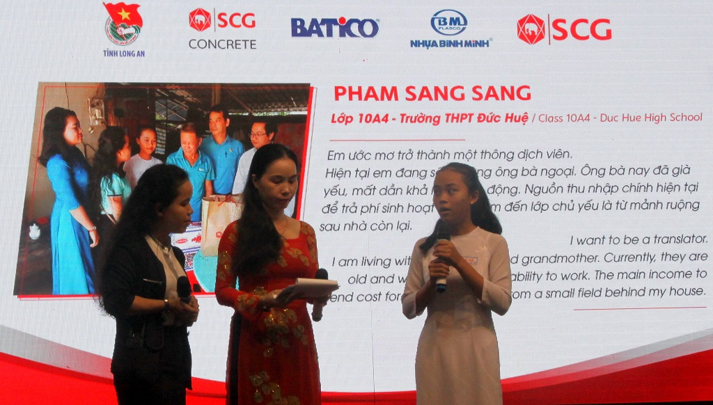An exchange with student Pham Sang Sang at the scholarship award ceremony