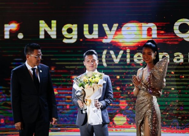 Vietnamese midfielder Nguyen Quang Hai named men's AFF Player of the Year at the award ceremony in Hanoi (Photo: VNA)