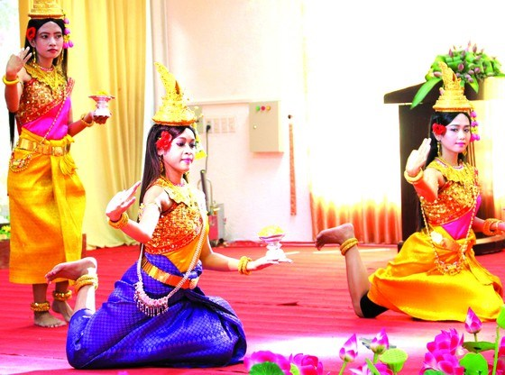 Artists perform a traditional Khmer dance on stage. (File Photo: VNA)
