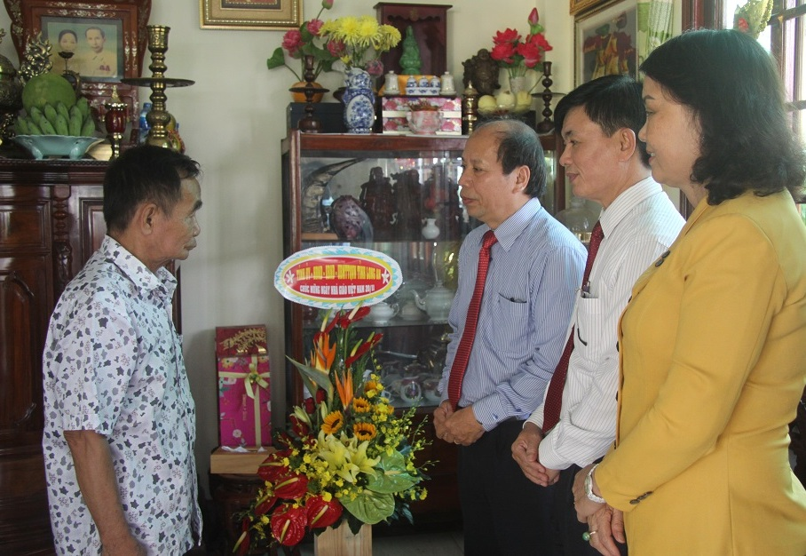 The delegation visits and congratulates the teacher, former Head of the Propaganda Department of the Provincial Party Committee - Truong Quoc Ky