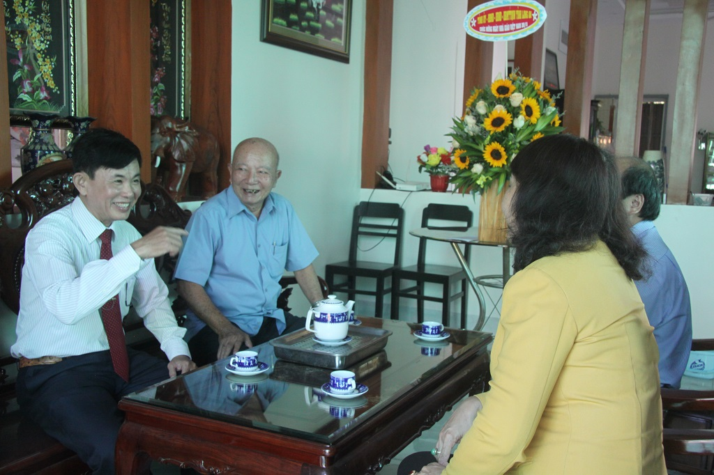 The teacher, former Vice Chairman of the Provincial People's Council - Ngo Hai Phong reviews the memories with the members of the delegation