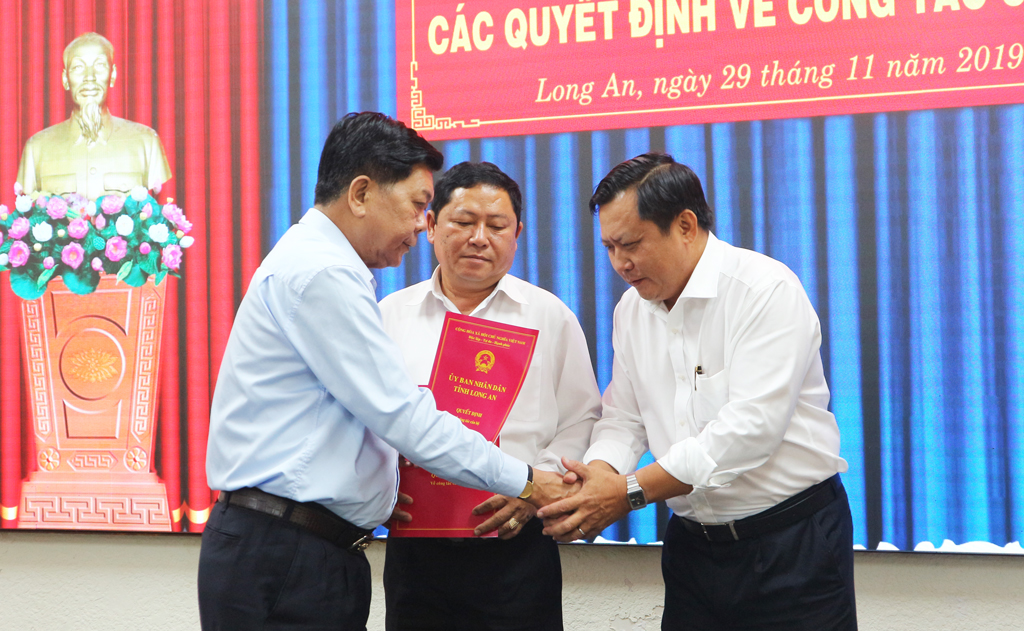 The Chairman of the provincial People's Committee congratulates Mr. Huynh Van Son