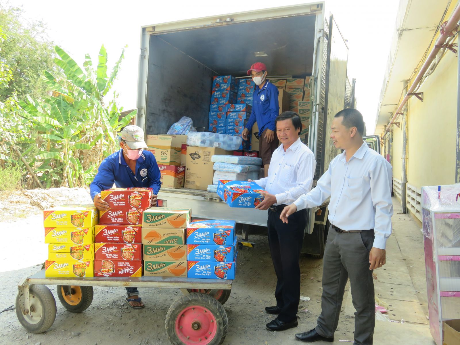 Director of Long An Department of Industry and Trade - Le Minh Duc (2nd, L) examines the stock of goods at Moc Hoa Trading Joint Stock Company
