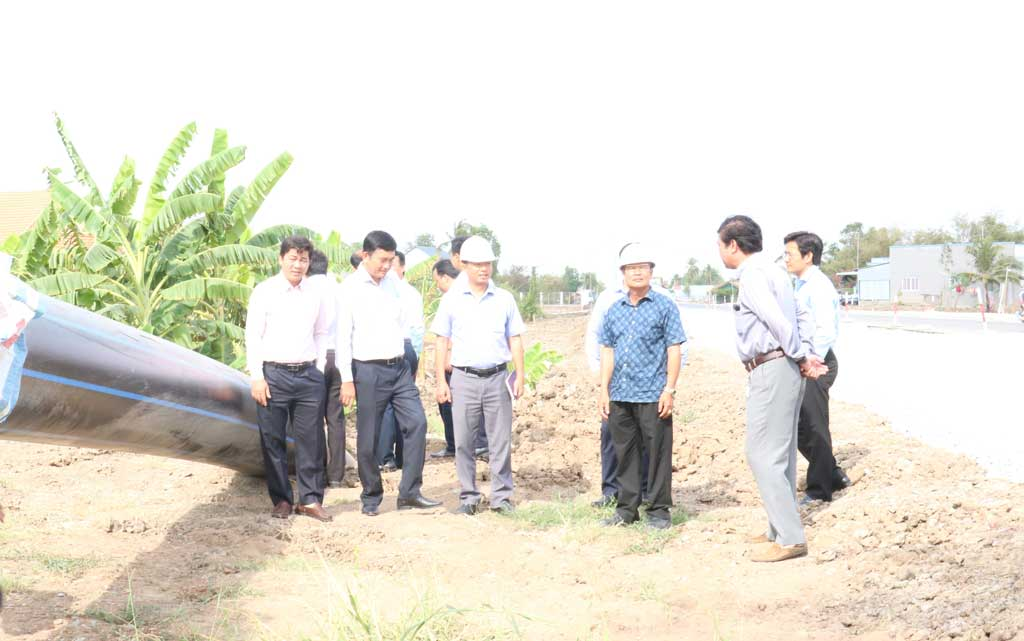 It is expected that the water of Nhi Thanh Water Plant will supply clean water to people in Can Giuoc district on April 25, 2020. (Photo: Vice Chairman of the Provincial People's Committee - Pham Van Canh (2nd, L) with the survey team checks the project progress)
