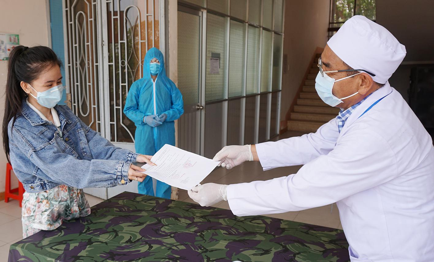 Health officials give certificates for cases completing concentrated isolation